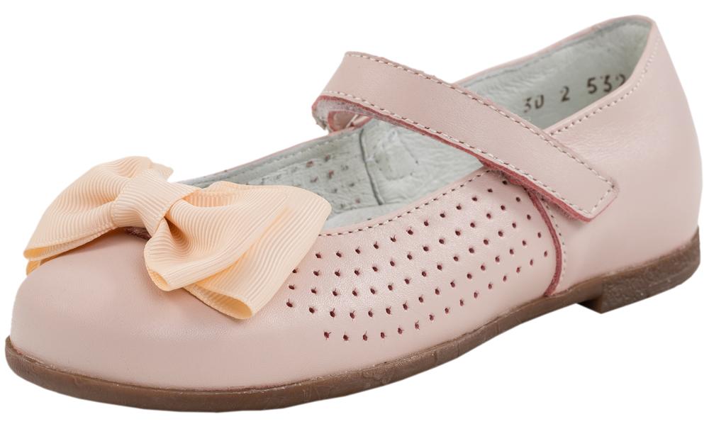 Туфли для девочки. 532109-21532109-21Удобные и нарядные туфли выполнены полностью из натуральной кожи. Ремешок с липучкой позволяет легко обувать и снимать туфельки, и в то же время надежно фиксирует модель на ступне. Стелька из натуральной кожи, дублированная мягким вспененным материалом, обладает свойствами гигроскопичности и воздухопроницаемости. Подошва дополнена небольшим каблучком. Верх модели имеет сквозную перфорацию, что способствует поддержанию благоприятного микроклимата внутри обуви. Носочная часть туфель декорирована текстильным бантом.