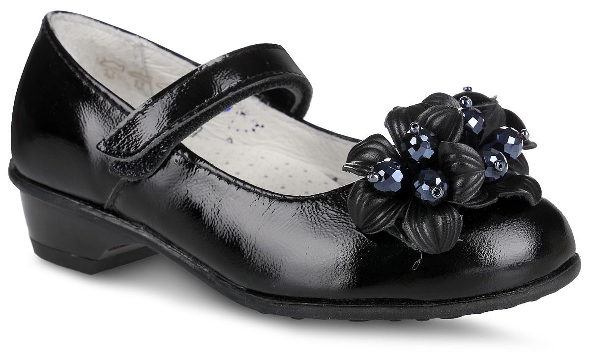 Туфли для девочки. 432095-21432095-21Прелестные туфли от Котофей придутся по душе вашей юной моднице! Модель на невысоком каблуке выполнена из натуральной лакированной кожи и оформлена на мысе роскошными цветами, декорированными крупными бусинами в сердцевине. Подкладка и стелька, изготовленные из натуральной кожи, предотвратят натирание и гарантируют уют. Стелька из ЭВА материала оснащена супинатором с перфорацией, который обеспечивает правильное положение ноги ребенка при ходьбе, предотвращает плоскостопие. Ремешок на застежке-липучке надежно зафиксирует изделие на ноге. Подошва оснащена рифлением для лучшего сцепления с различными поверхностями. Удобные туфли - незаменимая вещь в гардеробе каждой девочки.