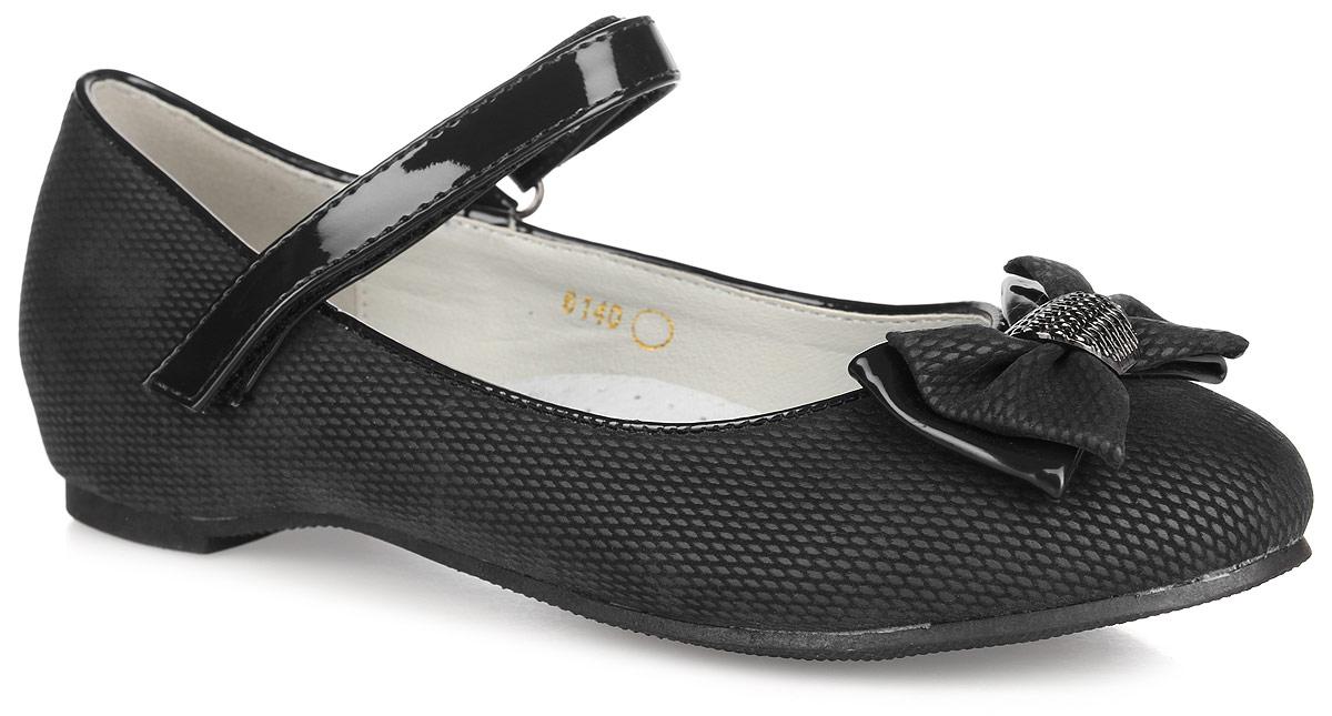 Туфли для девочки. 61406140Чудесные туфли от Adagio придутся по душе вашей юной моднице! Модель выполнена из искусственной кожи оригинальной фактуры и оформлена на мыске бантом, дополненным металлической фурнитурой. Подкладка и стелька, изготовленные из натуральной кожи, предотвратят натирание и гарантируют уют. Стелька дополнена супинатором, который обеспечивает правильное положение ноги ребенка при ходьбе, предотвращает плоскостопие. Ремешок на застежке-липучке надежно зафиксирует изделие на ножке ребенка. Подошва оснащена рифлением для лучшего сцепления с различными поверхностями. Удобные туфли - незаменимая вещь в гардеробе каждой девочки.