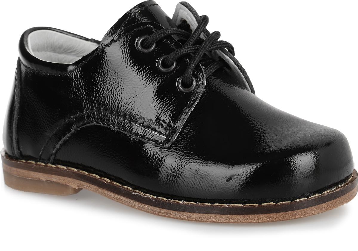 Ботинки для мальчика. 232004-21232004-21Стильные классические ботинки Котофей не оставят вашего мальчика равнодушным! Модель полностью изготовлена из натуральной кожи. Функциональная шнуровка обеспечит идеальную фиксацию обуви на стопе. Задник дополнен кожаной накладкой для большей практичности туфель. Стелька из натуральной кожи дополнена небольшим супинатором с перфорацией, который обеспечивает правильное положение стопы ребенка при ходьбе и предотвращает плоскостопие. Кожаная подошва дополнена невысоким каблучком, присутствие которого обеспечивает ножке малыша правильное положение стопы. Стильные и практичные ботинки займут достойное место в гардеробе вашего мальчика.