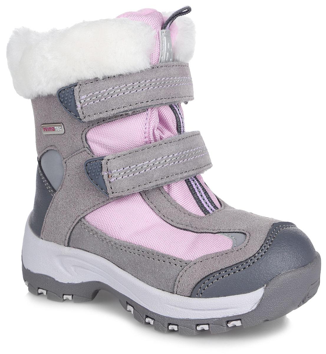 Полусапоги для девочки. 569296-9390569296-9390Прелестные полусапоги от Reima - практичная и надежная обувь для зимних развлечений вашей девочки! Верх модели выполнен из плотного текстиля, натуральной замши и искусственной кожи. Сбоку обувь оформлена металлической пластиной с гравировкой названия бренда, на язычке и на заднике - декоративной тесьмой и логотипом бренда. Верхняя часть голенища вдоль канта оформлена искусственным мехом. Подкладка, выполненная из искусственного меха и мягкого текстиля, позволит сохранить ноги в тепле. Стелька из войлока комфортна при ходьбе. Два ремешка с застежками-липучками надежно зафиксируют модель на ноге. Прочная резиновая подошва с протектором обеспечивает отличное сцепление с любой поверхностью. Удобные полусапоги придутся по душе вам и вашему ребенку!