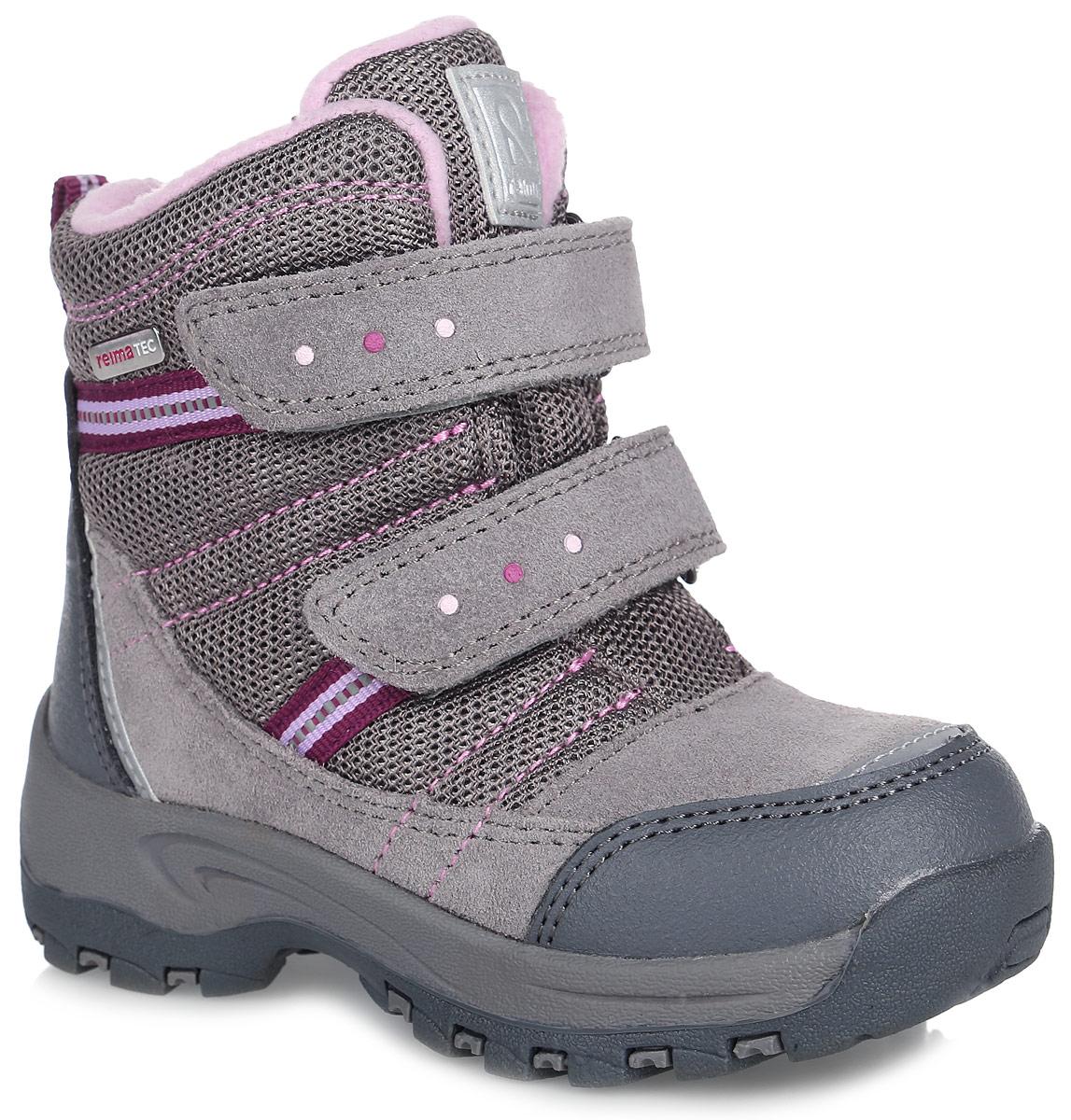 Ботинки569289-9390Удобные и модные детские ботинки Reimatec Visby от Reima - отличная модель для повседневной носки! Верх модели выполнен из плотного текстиля, натуральной замши и искусственной кожи. Обувь оформлена контрастной прострочкой, металлической пластиной с гравировкой названия бренда и логотипом бренда на заднике и язычке. В ботинках от Reima дети могут бегать и прыгать по слякоти и снегу и гарантированно останутся сухими за счет водонепроницаемой конструкции и подкладки с запаянными швами. Подкладка выполнена из искусственного меха и байки в верхней части изделия, что позволит сохранить ноги в тепле. Мягкая стелька комфортна при ходьбе. Два ремешка на застежках-липучках надежно фиксируют модель на ноге. Ярлычок на заднике облегчает надевание обуви. Светоотражающие детали обеспечивают дополнительную безопасность в темное время суток. Резиновая подошва с протектором обеспечивает отличное сцепление с любой поверхностью. Удобные ботинки придутся по душе вам и вашему...