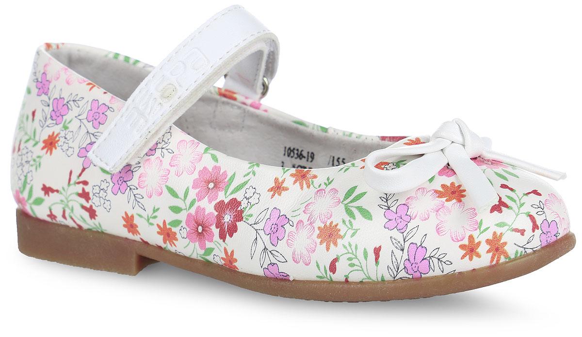 Туфли для девочки. 10536-1910536-19Чудесные туфли от Зебра придутся по душе вашей юной моднице! Модель выполнена из искусственной и натуральной кожи, оформленной ярким цветочным принтом. Мыс украшен милым бантиком. Широкий, устойчивый каблук продлен с внутренней стороны до середины стопы, чтобы исключить заваливание стопы вовнутрь. Ремешок на застежке-липучке надежно зафиксирует изделие на ножке ребенка. Подкладка выполнена из натуральной кожи, что предотвращает натирание и гарантирует уют. Стелька из ЭВА материала с поверхностью из натуральной кожи оснащена небольшим супинатором, который обеспечивает правильное положение ноги ребенка при ходьбе и предотвращает плоскостопие. Подошва оснащена рифлением для лучшего сцепления с различными поверхностями. Удобные туфли - незаменимая вещь в гардеробе каждой девочки.