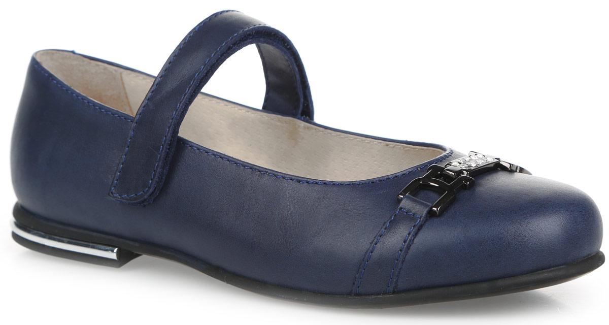 Туфли для девочки. 11171-1/11172-511171-1Классические туфли Зебра придутся по душе маленькой принцессе! Модель изготовлена из натуральной кожи. Кожаная подкладка и стелька из ЭВА с верхней поверхностью из натуральной кожи гарантируют комфорт и удобство, а также предотвратят натирание. Модель оснащена ремешком с застежкой-липучкой, который отвечает за надежную фиксацию на ноге. Небольшой каблучок оформлен вставкой из пластика, стилизованной под металл. Подошва с рифлением обеспечивает идеальное сцепление с любыми поверхностями. Мыс туфель украшен декоративным ремешком с металлическим элементом со стразами. Такие туфли займут достойное место в гардеробе каждой девочки!