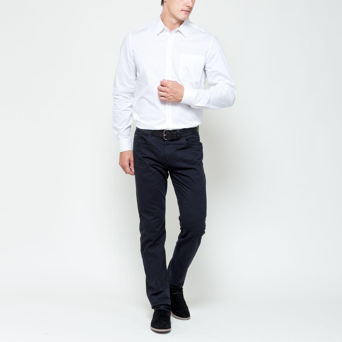 РубашкаH-212/700-6321Мужская рубашка выполнена из натурального хлопка. Модель с отложным воротником и длинными рукавами застегивается на пуговицы по всей длине. Объем манжет регулируется при помощи пуговиц. На груди рубашка дополнена накладным карманом.