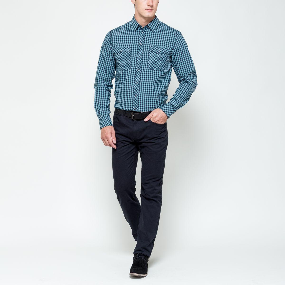 РубашкаH-212/706-6322Мужская рубашка выполнена из натурального хлопка. Модель с отложным воротником и длинными рукавами застегивается на пуговицы по всей длине. Манжеты рукавов дополнены застежками-пуговицами. На груди рубашка дополнена накладными карманами с клапанами на пуговицах.