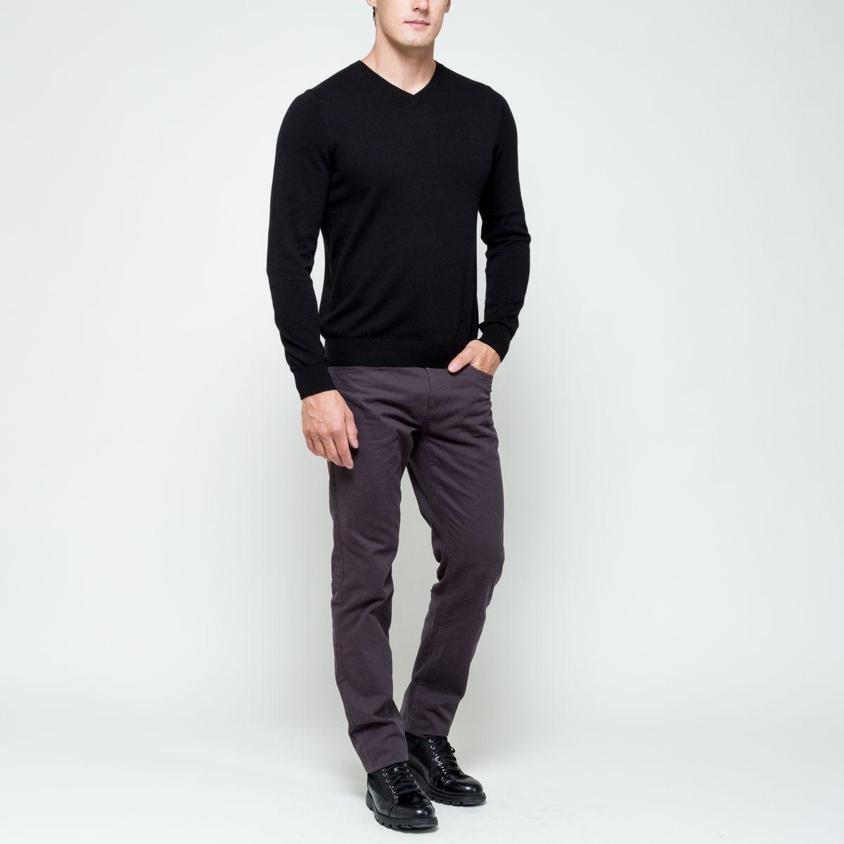 ПуловерJR-214/1002-6352Модный мужской пуловер Sela Basicвыполнен из натурального хлопка. Модель с V-образным вырезом горловины идеально подойдет для создания современного образа в стиле Casual. Вырез горловины, манжеты рукавов и низ изделия связаны резинкой.