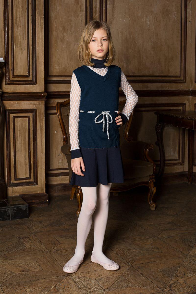 Жилет205627Вязаный жилет для девочки Luminoso прилегающего силуэта с V-образным вырезом горловины и декоративным шнурком. Шерсть и кашемир в составе делает изделие очень мягким.