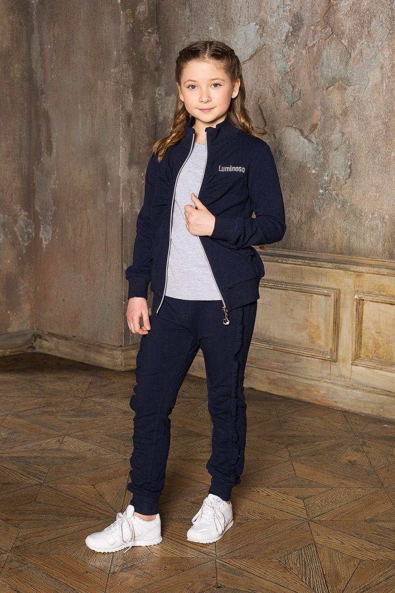 Спортивный костюм205679Спортивный трикотажный костюм для девочек с воротником-стойкой, удобной молнией и с эластичной резинкой на поясе. Модель декорирована сборкой на полочке.