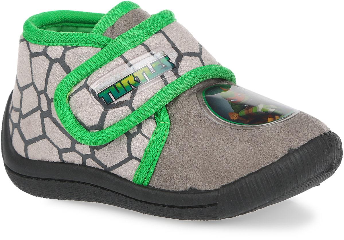 TU002039Практичные тапки Turtles от Mursu приведут в восторг вашего маленького модника! Модель, выполненная из текстиля, оформлена контрастной окантовкой и аппликацией из ПВХ с изображением героев мультфильма. Ремешок с застежкой-липучкой, украшенный вставкой из ПВХ с надписью Turtles, гарантирует надежную фиксацию модели на ноге. Подкладка из хлопка и стелька из материала ЭВА с поверхностью из хлопка обеспечат ножкам ребенка комфорт. Рифление на подошве гарантирует идеальное сцепление с любой поверхностью. Подошва с наплывом на пяточную часть защитит ножку от ударов. Такие тапки идеально подойдут в качестве сменной обуви, как для дома, так и для детского сада.
