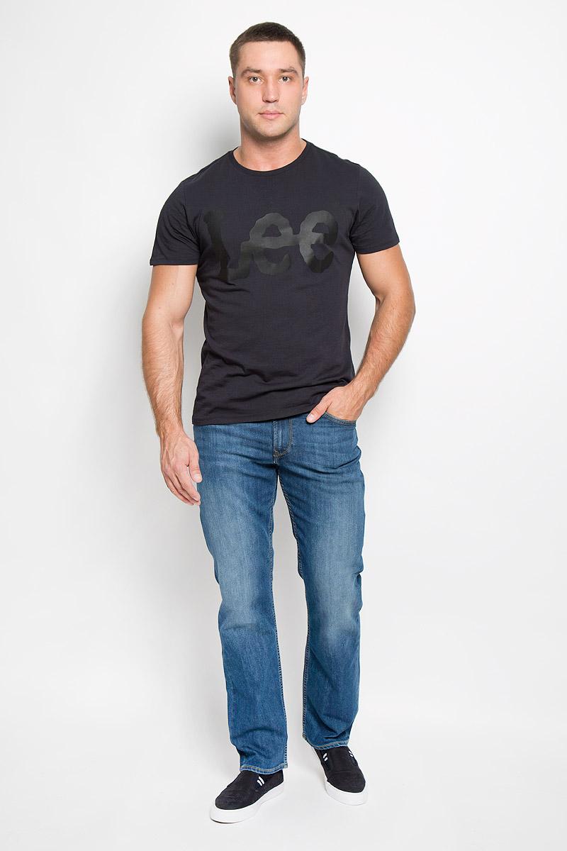 ДжинсыL452AAMLСтильные мужские джинсы Lee Brooklyn Straight - джинсы высочайшего качества, которые прекрасно сидят. Модель слегка зауженного к низу кроя и средней посадки изготовлена из хлопка с добавлением эластомультиэстера, не сковывает движения и дарит комфорт. Джинсы на талии застегиваются на металлическую пуговицу, а также имеют ширинку на застежке-молнии и шлевки для ремня. Спереди модель дополнена двумя втачными карманами и одним небольшим накладным кармашком, а сзади - двумя большими накладными карманами. Модель оформлена небольшими потертостями. Эти модные и в тоже время удобные джинсы помогут вам создать оригинальный современный образ. В них вы всегда будете чувствовать себя уверенно и комфортно.