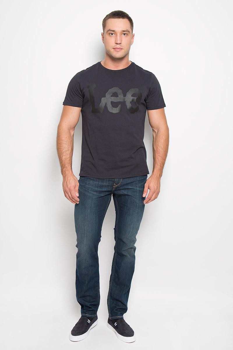Футболка мужская. L64CAI04L64CAI04Стильная мужская футболка Lee выполнена из натурального хлопка. Материал очень мягкий и приятный на ощупь, обладает высокой воздухопроницаемостью и гигроскопичностью, позволяет коже дышать. Модель прямого кроя с круглым вырезом горловины и короткими рукавами. Горловина обработана трикотажной резинкой, которая предотвращает деформацию после стирки и во время носки. Модель оформлена термоаппликацией в виде названия бренда. Такая модель подарит вам комфорт в течение всего дня и послужит замечательным дополнением к вашему гардеробу.