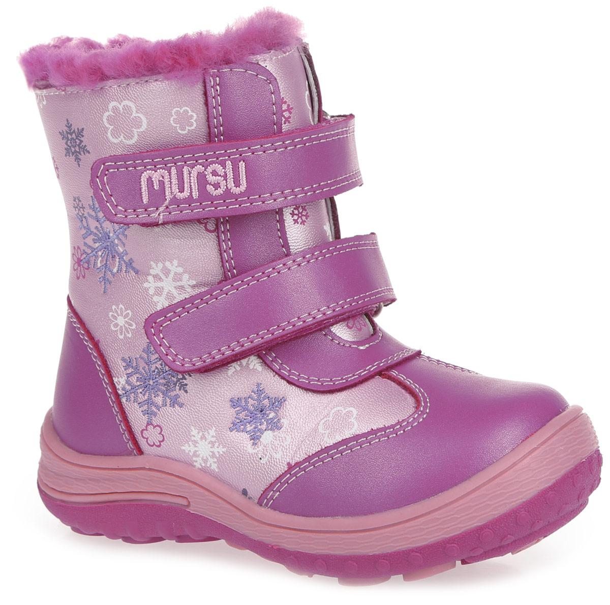 200609Модные зимние сапоги от Mursu приведут в восторг вашу девочку! Модель выполнена из натуральной и искусственной кожи. Обувь оформлена контрастной прострочкой, оригинальным принтом, а также вышивкой в виде снежинок. Два ремешка на застежках-липучках, один из которых украшен вышитой надписью с названием бренда, надежно фиксируют изделие на ноге. Боковая застежка-молния позволяет легко обувать и снимать ботинки. Подкладка и стелька из шерстяного меха согреют ножки вашей малышки в холод. Подошва с протектором обеспечивает идеальное сцепление с любыми поверхностями. Стильные сапоги покорят вашу дочурку с первого взгляда!