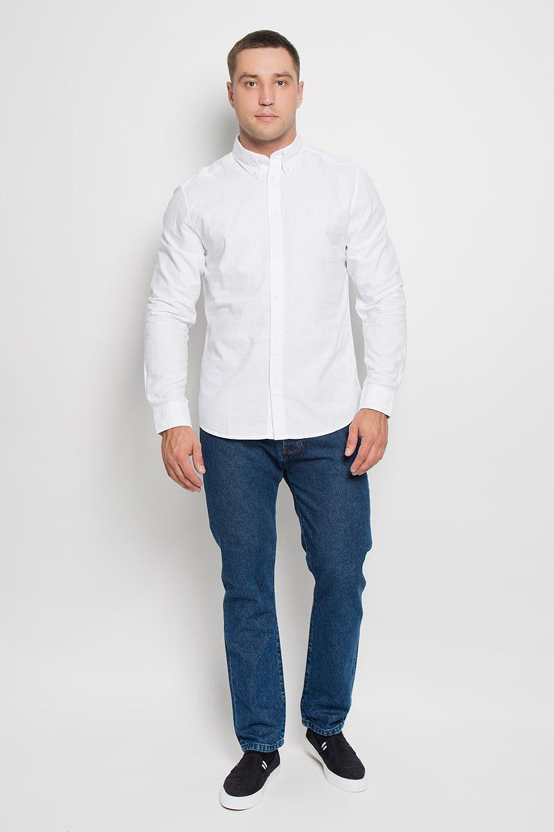РубашкаW5937BM12Мужская рубашка Wrangler, выполненная из натурального хлопка, прекрасно дополнит ваш образ. Материал очень мягкий и приятный на ощупь, не сковывает движения и позволяет коже дышать. Рубашка прямого кроя с длинными рукавами и отложным воротником застегивается спереди на пуговицы. Низ рукавов дополнен манжетами на пуговицах. Изделие оформлено вышитым фирменным логотипом. Такая модель будет дарить вам комфорт в течение всего дня и станет стильным дополнением к вашему гардеробу!