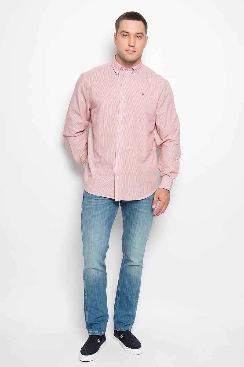 W59214R47Мужская рубашка Wrangler, выполненная из натурального хлопка, прекрасно дополнит ваш образ. Материал очень мягкий и приятный на ощупь, не сковывает движения и позволяет коже дышать. Рубашка прямого кроя с длинными рукавами и отложным воротником застегивается спереди на пуговицы. Манжеты имеют застежки-пуговицы. Края воротника пристегиваются к рубашке также на пуговицы. Изделие оформлено полосками, украшено вышитым фирменным логотипом. Такая модель будет дарить вам комфорт в течение всего дня и станет стильным дополнением к вашему гардеробу!