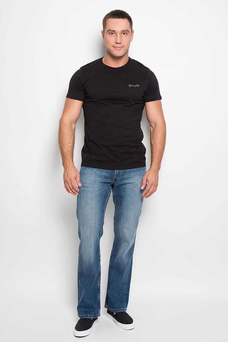 Футболка мужская, 2 шт. W7883FQ01W7883FQ01Стильная мужская футболка Wrangler выполнена из натурального хлопка. Материал очень мягкий и приятный на ощупь, обладает высокой воздухопроницаемостью и гигроскопичностью, позволяет коже дышать. Модель прямого кроя с круглым вырезом горловины и короткими рукавами. Горловина обработана трикотажной резинкой, которая предотвращает деформацию после стирки и во время носки. В комплект входят две футболки разных цветов. Каждая модель оформлена надписями в виде названия бренда. Такая модель подарит вам комфорт в течение всего дня и послужит замечательным дополнением к вашему гардеробу.