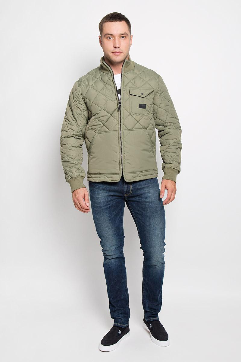 КурткаL88HWMPAСтеганая мужская куртка Lee станет стильным дополнением к вашему гардеробу. Модель выполнена из полиамида. В качестве утеплителя используется полиэстер. Куртка с воротником-стойкой застегивается на пластиковую молнию. Воротник изготовлен из трикотажной резинки. На рукавах предусмотрены широкие эластичные манжеты. Спереди расположены два больших накладных кармана. На груди имеется накладной карман с клапаном на застежке-кнопке. Спинка изделия снизу оснащена двумя хлястиками с застежками-пуговицами для регулировки объема куртки. Модель украшена небольшой фирменной нашивкой. Эта стильная и модная куртка подарит вам тепло и комфорт!