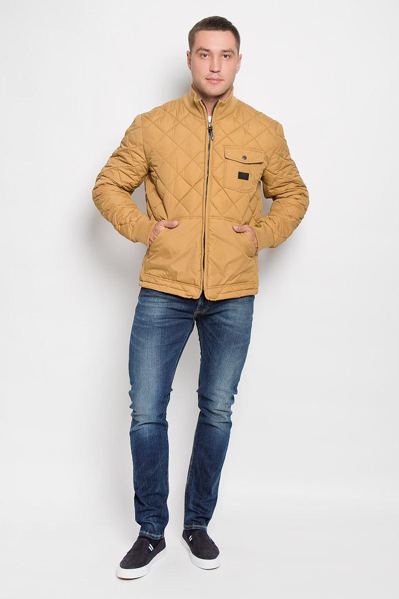L88HWMPAСтеганая мужская куртка Lee станет стильным дополнением к вашему гардеробу. Модель выполнена из полиамида. В качестве утеплителя используется полиэстер. Куртка с воротником-стойкой застегивается на пластиковую молнию. Воротник изготовлен из трикотажной резинки. На рукавах предусмотрены широкие эластичные манжеты. Спереди расположены два больших накладных кармана. На груди имеется накладной карман с клапаном на застежке-кнопке. Спинка изделия снизу оснащена двумя хлястиками с застежками-пуговицами для регулировки объема куртки. Модель украшена небольшой фирменной нашивкой. Эта стильная и модная куртка подарит вам тепло и комфорт!
