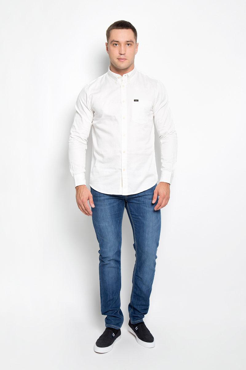 Рубашка мужская. L880TPHAL880TPHAМужская рубашка Lee, выполненная из натурального хлопка, идеально дополнит ваш образ. Материал мягкий и приятный на ощупь, не сковывает движения и позволяет коже дышать. Рубашка классического кроя с длинными рукавами и отложным воротником застегивается на пуговицы по всей длине. Края воротника фиксируются на пуговицы. Манжеты на рукавах застегиваются на пуговицы, а объем регулируется за счет дополнительной пуговицы. На груди модель дополнена накладным открытым карманом. Такая модель будет дарить вам комфорт в течение всего дня и станет стильным дополнением к вашему гардеробу.