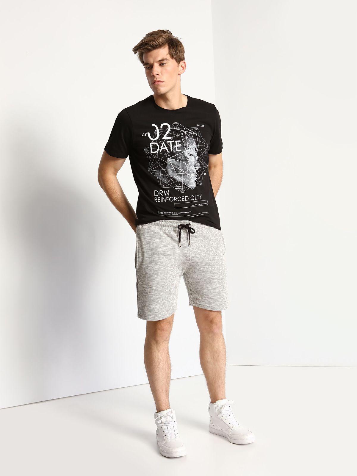 DPO0282CAМужская футболка Drywash выполнена из натурального хлопка. Модель с круглым вырезом горловины и короткими рукавами. Футболка оформлена оригинальной термоаппликацией и принтовыми надписями на английском языке.