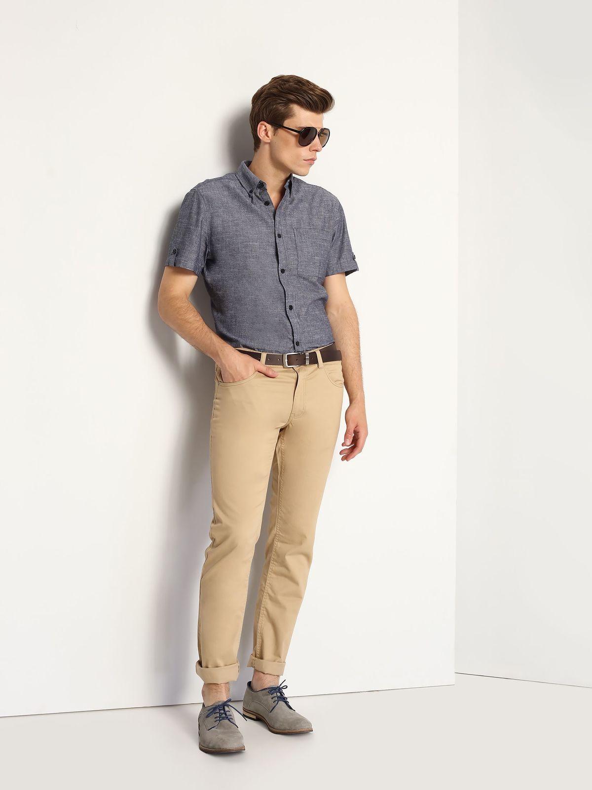 SKS0905GRМужская рубашка Top Secret выполнена из натурального хлопка. Модель полуприлегающего кроя имеет отложной воротник и короткие рукава. Застегивается изделие на пуговицы по всей длине. Низ рукавов дополнен хлястиками на пуговицах. На груди расположен накладной карман.