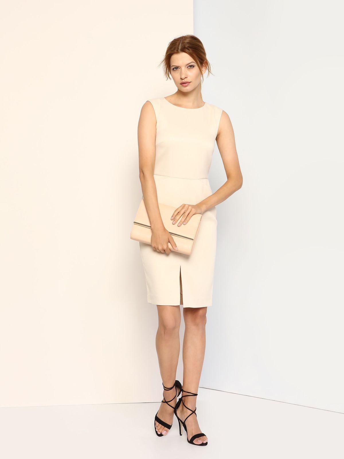 ПлатьеSSU1622KRПлатье Top Secret выполнено из полиэстера с добавлением эластана и дополнено подкладкой из 100% полиэстера. Платье-миди с круглым вырезом горловины застегивается на потайную застежку-молнию расположенную в среднем шве спинки. Перед модели дополнен двумя втачными карманами и небольшим разрезом.