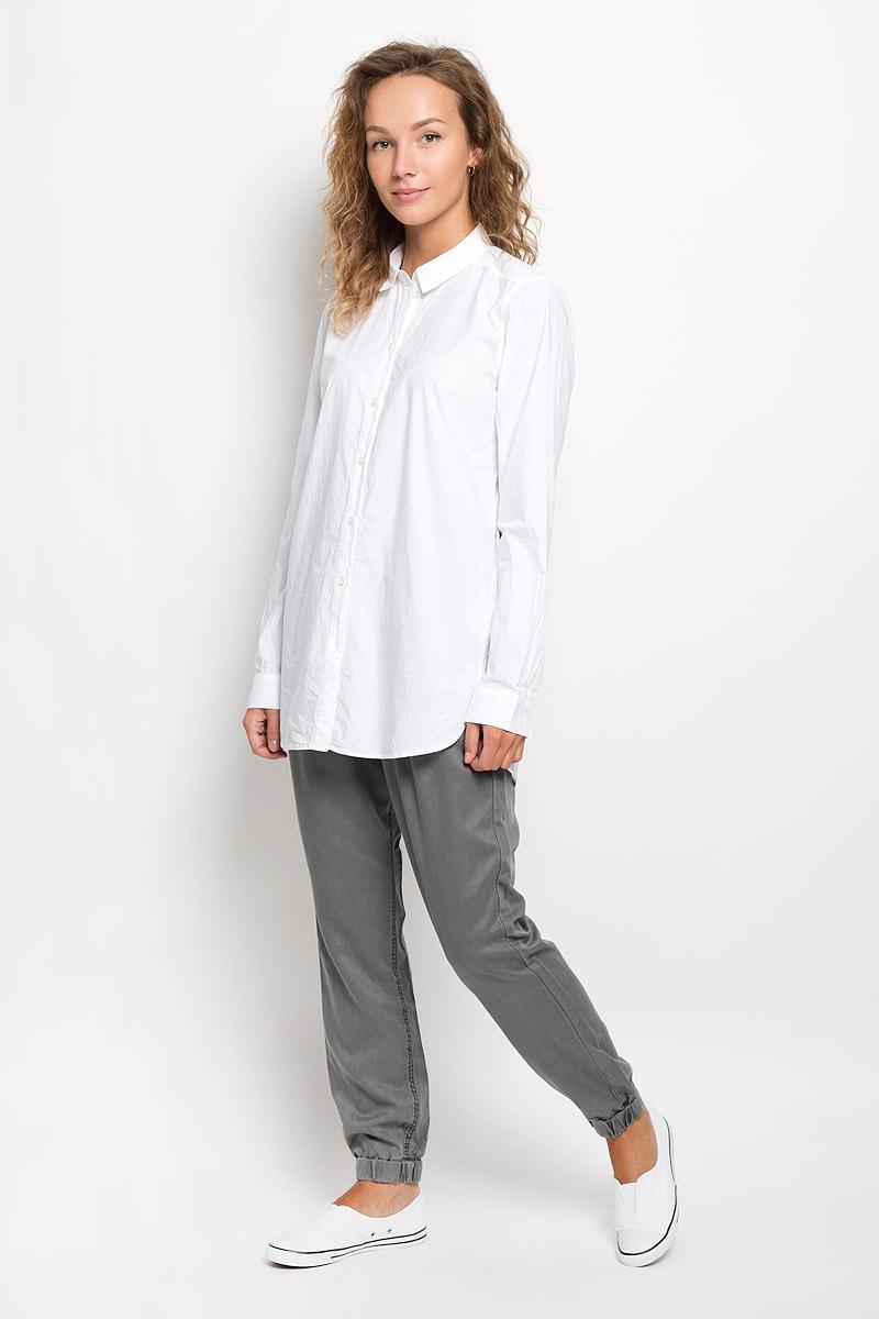 133942629/100Рубашка Marc OPolo, изготовленная из натурального хлопка, подчеркнет ваш уникальный стиль. Материал изделия легкий, тактильно приятный, не сковывает движения и позволяет коже дышать, обеспечивая комфорт при носке. Удлиненная рубашка с отложным воротником и длинными рукавами застегивается спереди на пуговицы по всей длине. На манжетах предусмотрены застежки-пуговицы. По бокам модель дополнена двумя небольшими разрезами. Изделие украшено вышитым фирменным логотипом. Такая рубашка станет модным и стильным дополнением к вашему гардеробу!