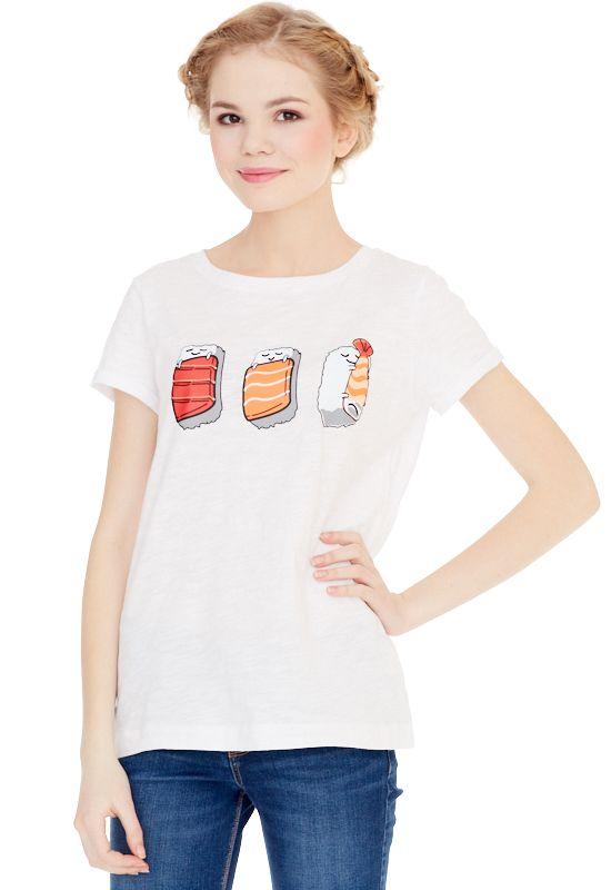 1310716480_70Женская футболка выполнена из хлопка и оформлена ярким принтом. Модель с круглым вырезом горловины и цельнокроеными короткими рукавами, дополненными подворотами.