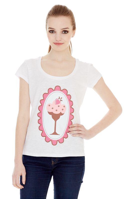 1310716506_01Женская футболка выполнена из хлопка и оформлена ярким принтом. Модель со стандартным коротким рукавом и круглым вырезом горловины.