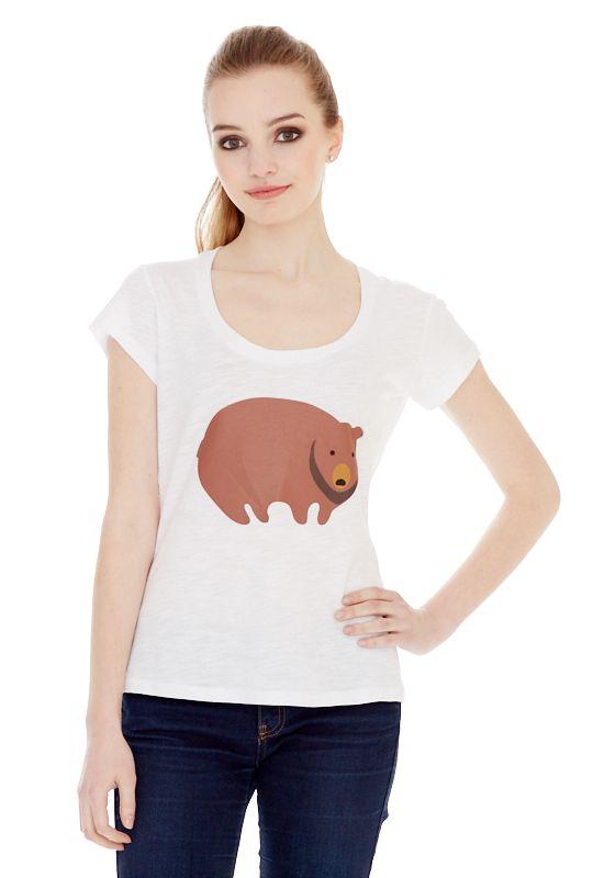 1310716504_70Женская футболка выполнена из хлопка и оформлена ярким принтом. Модель с круглым вырезом горловины и стандартными короткими рукавами.