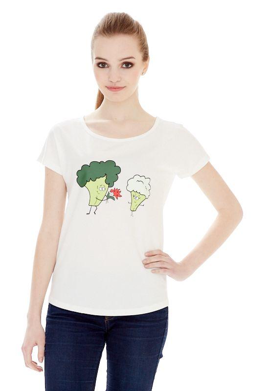 1313216554_05Женская футболка выполнена из хлопка с добавлением спандекса и оформлена ярким принтом. Модель со стандартным коротким рукавом и круглым вырезом горловины.
