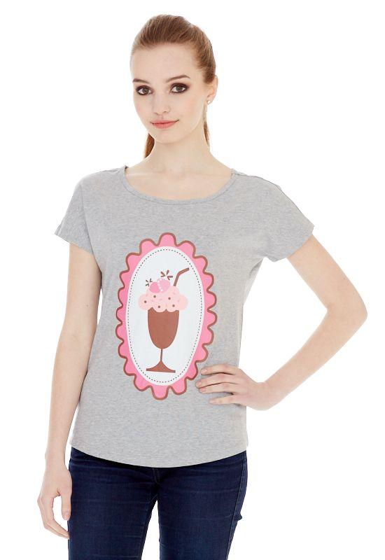 1313216551_76Женская футболка выполнена из хлопка с добавлением спандекса и оформлена ярким принтом. Модель со стандартным коротким рукавом и круглым вырезом горловины.