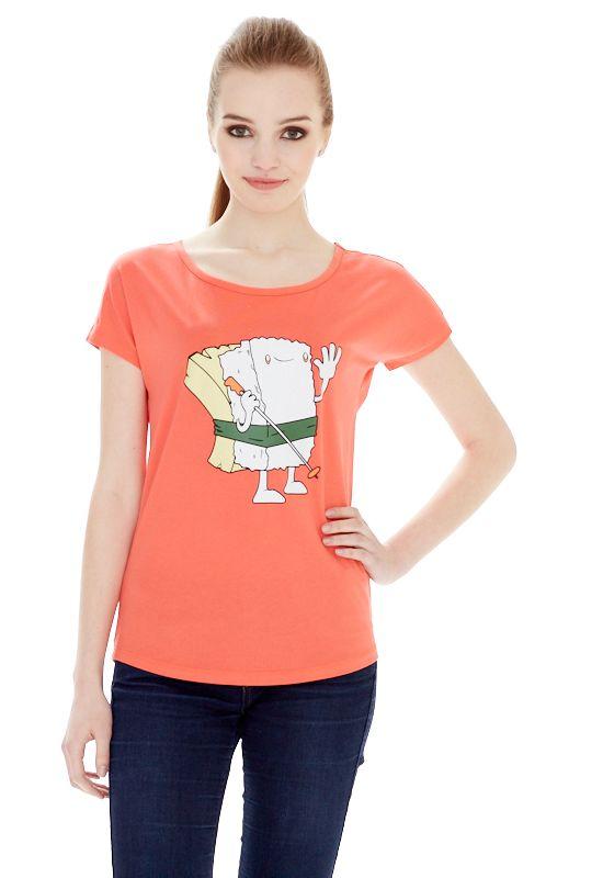 1313216545_02Женская футболка выполнена из хлопка с добавлением спандекса. Модель со стандартными цельнокроеными рукавами, круглым вырезом горловины и оформлена ярким принтом.