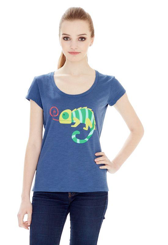 1310716495_05Женская футболка выполнена из хлопка и оформлена ярким принтом. Модель со стандартным коротким рукавом и круглым вырезом горловины.