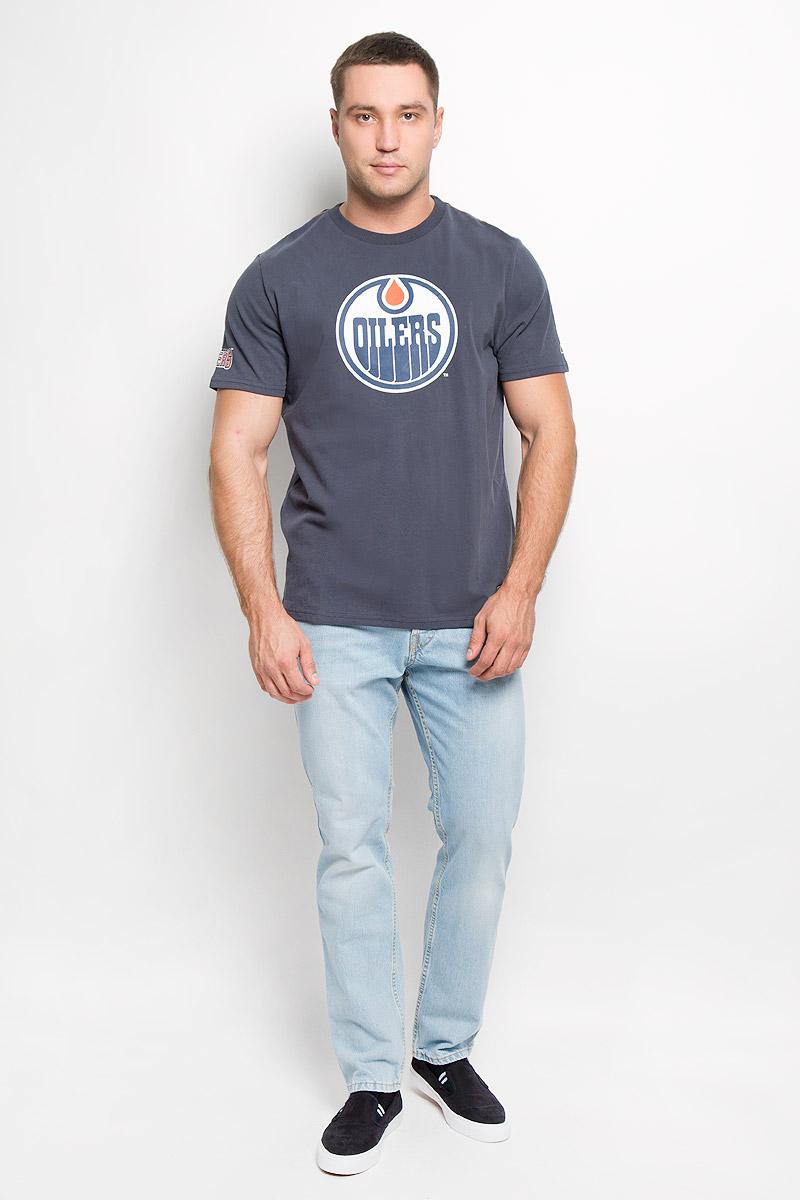 Футболка с логотипом ХК29960Мужская футболка NHL Edmonton Oilers, выполненная из натурального хлопка, порадует любого поклонника знаменитого хоккейного клуба. Материал очень мягкий и приятный на ощупь, не сковывает движения и позволяет коже дышать. Футболка с короткими рукавами имеет круглый вырез горловины, дополненный трикотажной резинкой. Изделие оформлено термоаппликацией в виде логотипа хоккейного клуба Edmonton Oilers с эффектом потрескавшейся краски, а также украшено небольшой текстильной нашивкой. Такая модель отлично подойдет для повседневной носки и подарит вам комфорт в течение всего дня!