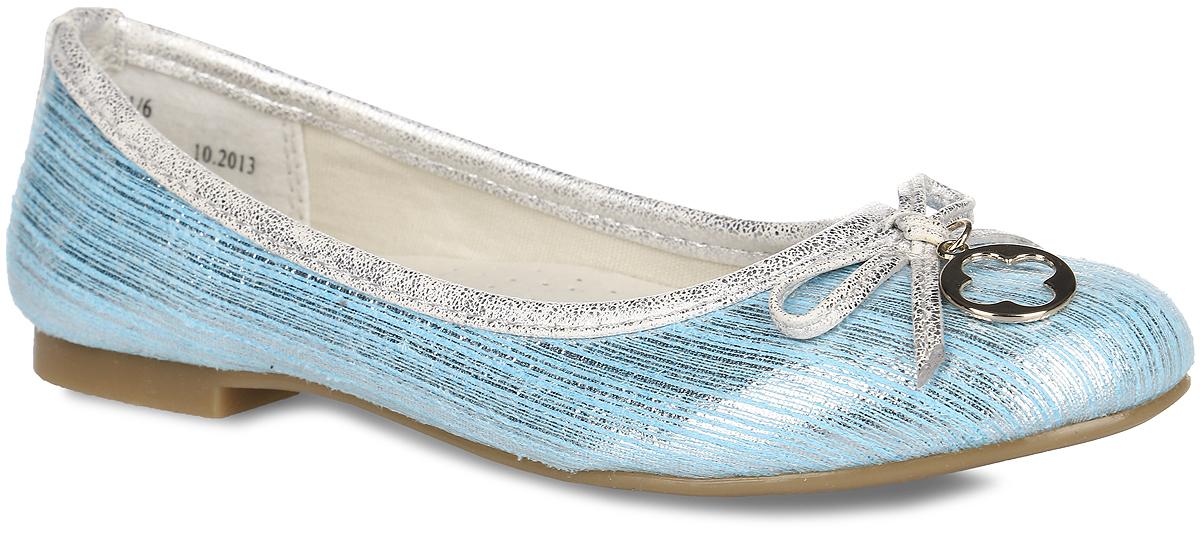 5881-6Очаровательные балетки от Зебра придутся по душе вашей юной моднице! Модель выполнена из искусственных материалов с окантовкой из текстиля. Обувь оформлена блестящими мелкими полосками и декоративным бантиком с металлической подвеской. Подкладка из текстиля и стелька из ЭВА материала с верхней поверхностью из натуральной кожи гарантируют комфорт и уют при носке. Стелька дополнена супинатором с перфорацией, который обеспечивает правильное положение ноги ребенка при ходьбе и предотвращает плоскостопие. Рифленая поверхность подошвы гарантирует отличное сцепление с любыми поверхностями. Удобные балетки - незаменимая вещь в гардеробе каждой девочки.