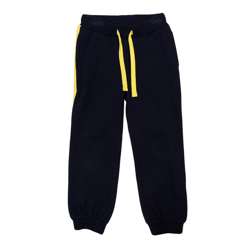 Брюки для мальчиков. 361020361020Уютные спортивные брюки из футера с начесом. По бокам яркие лампасы и два функциональных кармана. Пояс на резинке, дополнительно регулируется шнурком. Низ штанишек на мягкой трикотажной резинке.