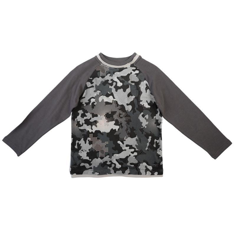 футболка для мальчиков. 361027361027Стильная футболка с длинными рукавами. Украшена водным принтом в стиле милитари. На воротнике мягкая трикотажная резинка. Необычная обработка воротника и низа создает эффект многослойности.