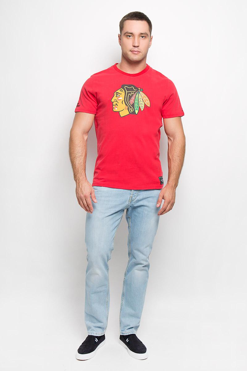 Футболка с логотипом ХК29100Мужская футболка NHL Chicago Blackhawks, выполненная из натурального хлопка, порадует любого поклонника знаменитого хоккейного клуба. Материал очень мягкий и приятный на ощупь, не сковывает движения и позволяет коже дышать. Футболка с короткими рукавами имеет круглый вырез горловины, дополненный трикотажной резинкой. Изделие оформлено термоаппликацией в виде логотипа хоккейного клуба Chicago Blackhawks с эффектом потрескавшейся краски, а также украшено небольшой текстильной нашивкой. Такая модель отлично подойдет для повседневной носки и подарит вам комфорт в течение всего дня! УВАЖАЕМЫЕ КЛИЕНТЫ! Обращаем ваше внимание на возможные незначительные изменения в дизайне футболки.