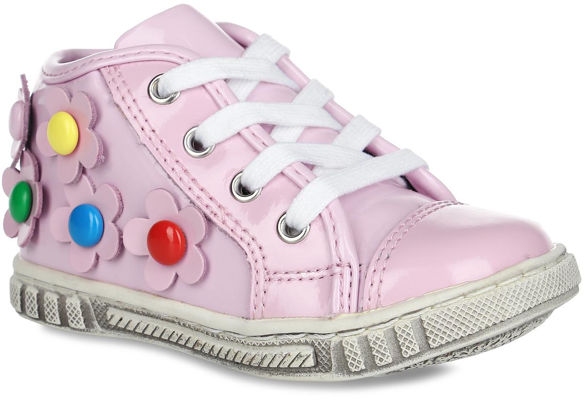 Ботинки для девочки. 9578-99578-9Модные ботинки от Зебра не оставят равнодушной вашу девочку! Модель, изготовленная из комбинации натуральной и искусственной кожи и оформлена по бокам объемными цветочками. Функциональная шнуровка обеспечивает надежную фиксацию модели на ноге. Боковая застежка-молния и хлястик с застежкой-липучкой позволяют легко обувать и снимать модель. Внутренняя поверхность и стелька из ворсина комфортны при движении. Рифление на подошве гарантирует отличное сцепление с любыми поверхностями. Стильные ботинки займут достойное место в гардеробе вашей девочки.