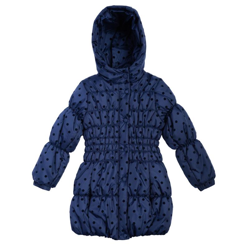 Пальто для девочек. 362003362003Стильная удлиненная куртка с капюшоном. Украшена мягким флоковым принтом в горошек. Эластичная стежка создает отличную посадку по фигуре и увеличивает теплозащитные свойства. Застегивается на молнию, есть ветрозащитная планка на кнопках. Рукава и низ на резинке.