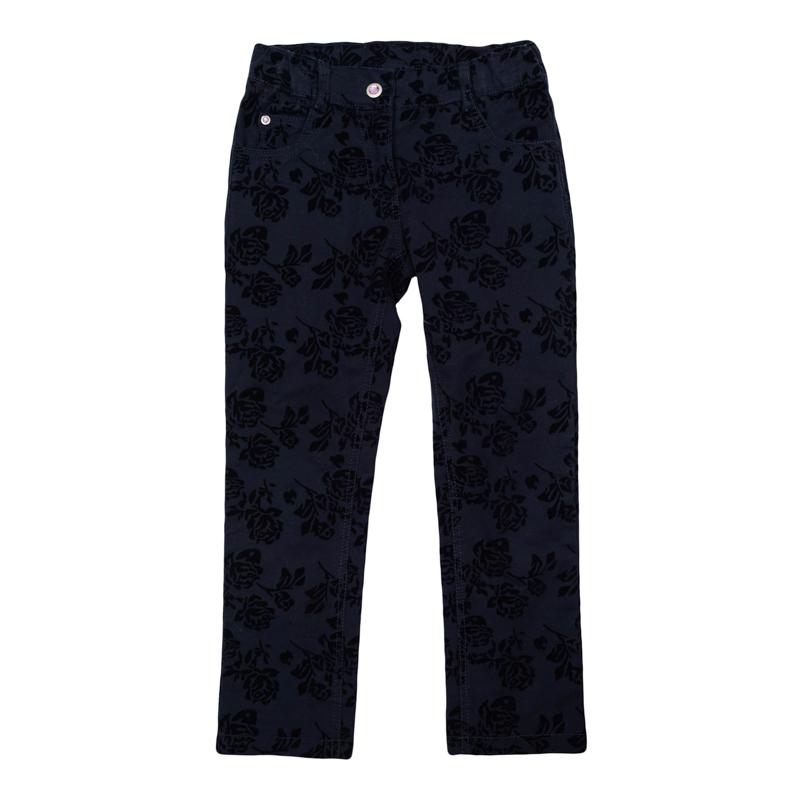 Брюки для девочек. 362079362079Стильные брюки темно-синего цвета. Украшены элегантным флоковым принтом с розами. Отделка металлической фурнитурой со сверкающими стразами. Застегиваются на молнию и кнопку. Классическая пятикарманка.
