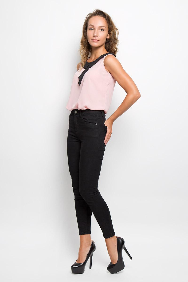 Twsl-112/1107-6321Красивая блузка Sela займет достойное место в вашем гардеробе. Модель выполнена из легкого материала, приятная на ощупь, хорошо пропускает воздух. Блузка с отложным воротником застегивается сзади на пуговицу. Воротник украшен декоративными лентами. Блузка поможет создать оригинальный женственный образ!