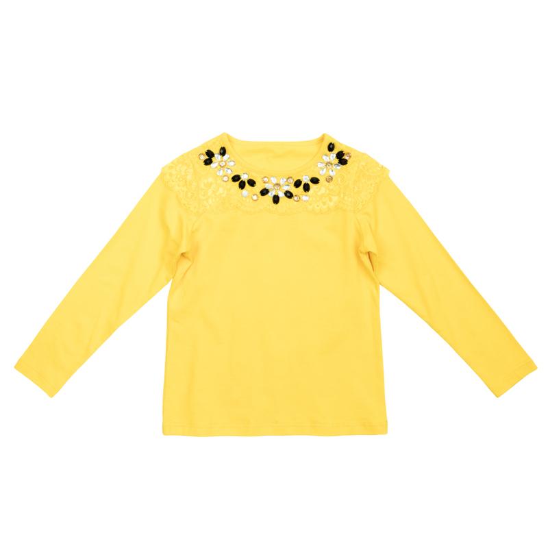 Футболка362167Яркая хлопковая футболка с длинными рукавами. На воротнике мягкая резинка. Украшена нежным легким кружево и цветочками из сверкающих страз по воротнику.