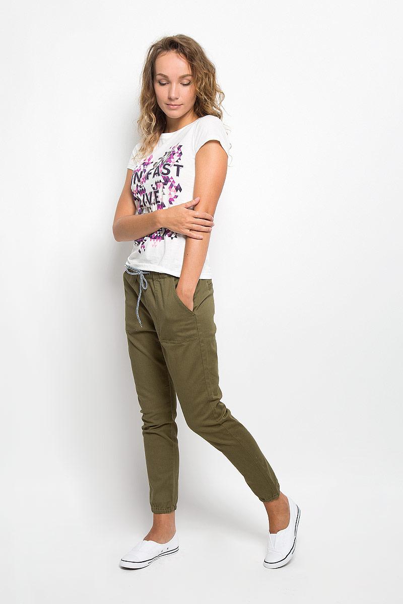 БрюкиERJDP03108-CQW0Стильные женские брюки Roxy, выполненные из хлопка с добавлением эластана, не сковывают движения и дарят комфорт. Брюки по талии собраны на резинку и дополнены шнурком-кулиской для лучшей фиксации. Спереди модель оформлена двумя накладными карманами, а сзади - имитацией прорезных карманов. Низ брючин собран на резинку. Эти модные и в тоже время удобные брюки помогут вам создать оригинальный современный образ.