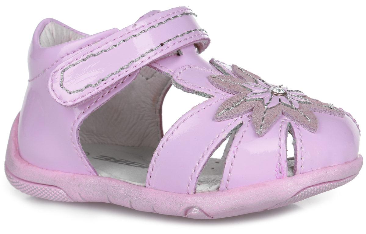 9349-9Прелестные сандалии от Зебра придутся по душе вашей девочке и идеально подойдут для повседневной носки в летнюю погоду! Модель, выполненная из натуральной лакированной кожи, на мысе оформлена декоративной нашивкой в виде цветка, украшенного крупным стразом. Ремешок с застежкой-липучкой обеспечивает надежную фиксацию модели на ноге. Внутренняя поверхность и стелька из натуральной кожи комфортны при ходьбе. Стелька дополнена супинатором, который обеспечивает правильное положение стопы ребенка при ходьбе и предотвращает плоскостопие. Подошва с рифлением гарантирует отличное сцепление с любой поверхностью. Прелестные сандалии - незаменимая вещь в гардеробе каждой девочки!