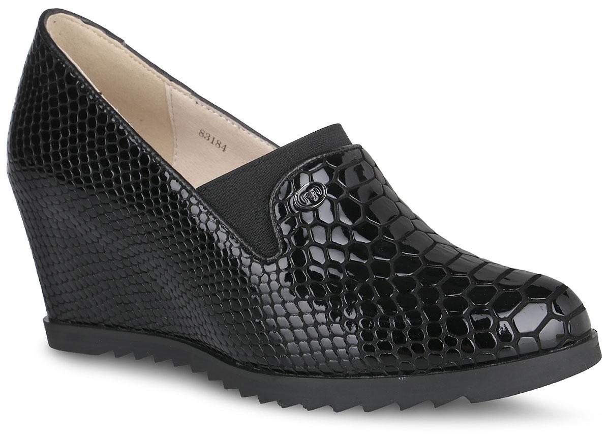 Туфли женские. 8318483184Стильные туфли от Vitacci не оставят равнодушной настоящую модницу! Модель выполнена из натуральной лакированной кожи с тиснением под рептилию. Заостренный носок добавляет женственности в образ. Подкладка и стелька из натуральной кожи обеспечат комфорт. Эластичная вставка на подъеме для идеальной посадки модели на ноге. Высокая скрытая танкетка невероятно устойчива. Подошва с протектором обеспечивает отличное сцепление с любой поверхностью. Элегантные туфли внесут изысканные нотки в ваш образ и подчеркнут вашу утонченную натуру.