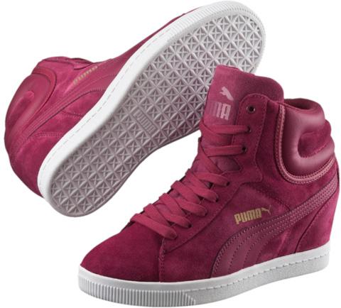 Кеды женские. 3572460935724609Модель Vikky Wedge от PUMA – неизменный хит продаж в линейке обуви непринужденного стиля, «выросшей» из спортивной. В этом сезоне модель декорирована фирменной полосой по боку, а сплошная подошва-танкетка поднимает эту обувь на новый уровень элегантности. Будь спортивной, стильной и женственной и помни - в кроссовках Vikky можно «зажигать» где угодно!