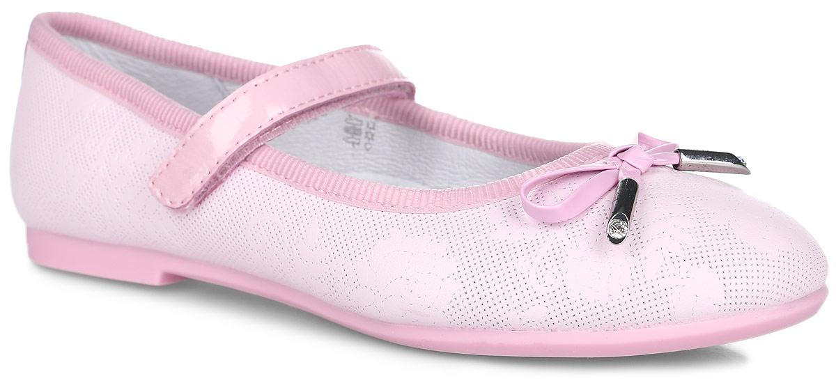 23295-2Очаровательные туфли от Kapika заинтересуют вашу юную модницу с первого взгляда. Модель выполнена из натуральной кожи с декоративным тиснением и оформлена текстильным кантом. Мыс туфель украшен декоративным бантиком. Внутренняя поверхность из натуральной кожи. Модель фиксируется на ноге с помощью удобного ремешка с застежкой-липучкой. Стелька из натуральной кожи дополнена супинатором с перфорацией, который обеспечивает правильное положение ноги ребенка при ходьбе и предотвращает плоскостопие. Анатомическая стелька обеспечивает воздухопроницаемость, отличную амортизацию, сохранение комфортного микроклимата обуви, эффективное поглощение влаги и неприятных запахов. Рифленая поверхность подошвы, выполненной из ТЭП-материала, гарантирует отличное сцепление с любыми поверхностями. Удобные туфли - незаменимая вещь в гардеробе каждой девочки.