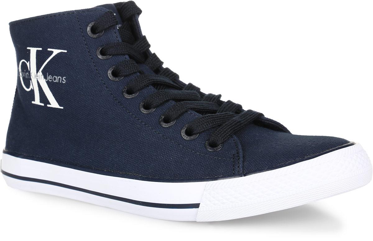 SE8534Модные мужские кеды Ozzy от Calvin Klein Jeans придутся вам по душе. Верх выполнен из канваса. Язычок и боковая сторона оформлены логотипом и названием бренда, подошва - контрастными полосками. Стелька из материала ЭВА с текстильной поверхностью комфортна при движении в течение всего дня. Классическая шнуровка надежно зафиксирует модель на ноге. Резиновая подошва с рифлением гарантирует идеальное сцепление с любыми поверхностями. В таких кедах вашим ногам будет комфортно и уютно. Они подчеркнут ваш стиль и индивидуальность!